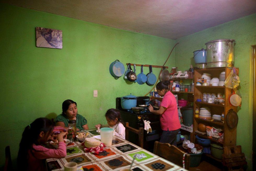 Soraya (derecha), de 25 años y musulmana, prepara el desayuno en su vivienda de San Cristóbal de las Casas (México).