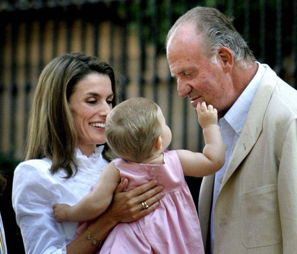 El rey Juan Carlos se muestra cariñoso con su nieta Leonor, en el palacio de Marivent (Palma de Mallorca), durante la vacaciones de la familia real, 8 de agosto de 2006.