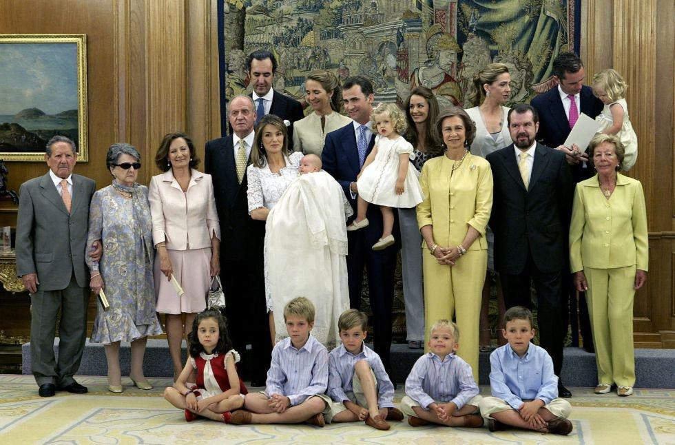 Los Príncipes de Asturias posan con sus hijas, las infantas Sofía y Leonor, junto a los Reyes y el resto de integrantes de la familia real y de la familia de doña Letizia, en junio de 2007.
