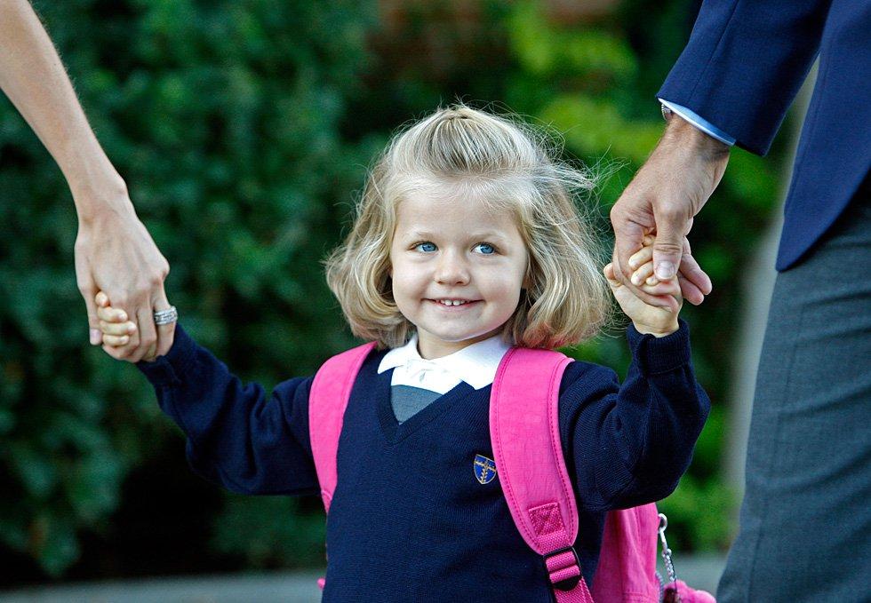 La infanta Leonor, cogida de las manos de su padre, el Príncipe de Asturias, Felipe de Borbón y la Princesa de Asturias, Letizia Ortiz, en su primer día de clase en el colegio Santa María de los Rosales, situado en Aravaca, el mismo al que acudió su padre, el 15 de septiembre de 2008.