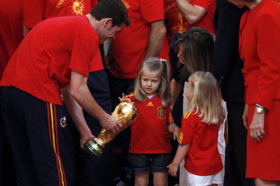 Vestidas con la camiseta de la selección española, Leonor y Sofía acudieron a la recepción ofrecida a los jugadores de España tras su triunfo en el Mundial de Sudáfrica en 2010.
