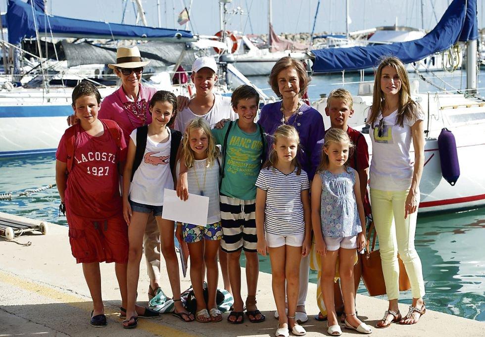 La reina Sofía reúne todos los años a sus nietos en Palma de Mallorca. Pese a los problemas judiciales de Iñaki Urdangarin la madre del Rey antepone sus sentimientos de abuela. En la imagen doña Sofía con todos su nietos, doña Letizia y la infanta Elena.