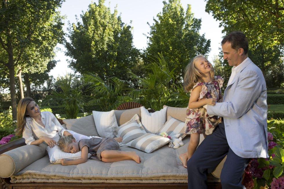 Los Príncipes de Asturias, con sus hijas, las infantas Sofía y Leonor, posan a finales de julio del 2012 en los jardines de su residencia en el palacio de la Zarzuela.