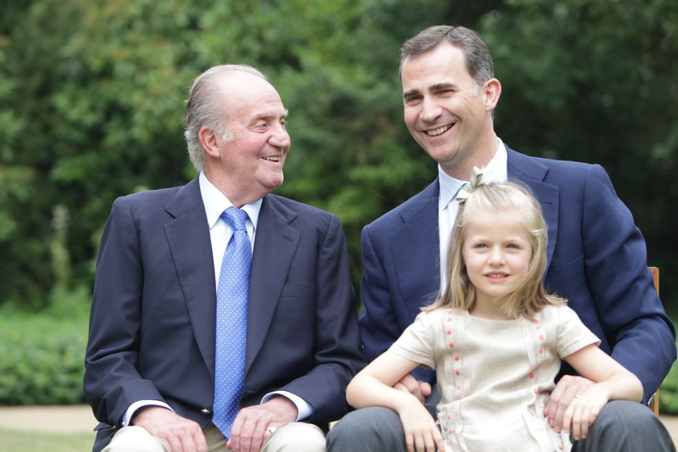 En 2012, la Casa del Rey difundió una imagen que recogía la línea de sucesión en la Corona: don Juan Carlos, don Felipe y Leonor. El orden cambió el 19 de junio cuando se produjo el relevo en la Corona.