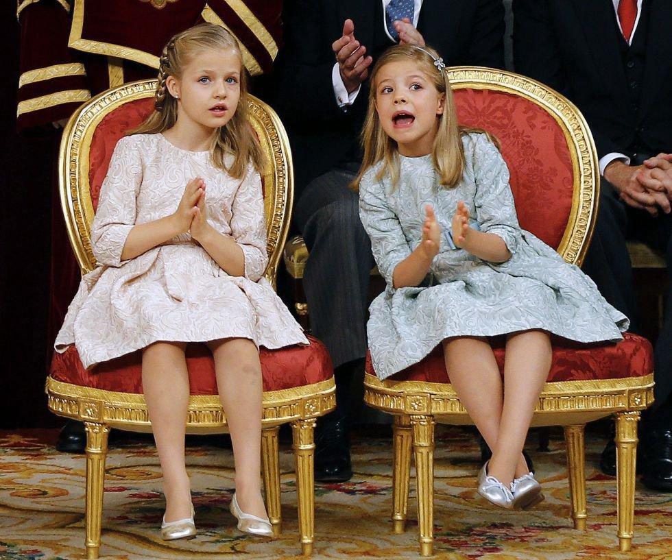 Leonor y Sofía han dado un aire nuevo a la imagen de la monarquía española. Son dos niñas muy educadas pero a la vez espontáneas, como demostraron el día en que su padre se convirtió en el Rey de España.