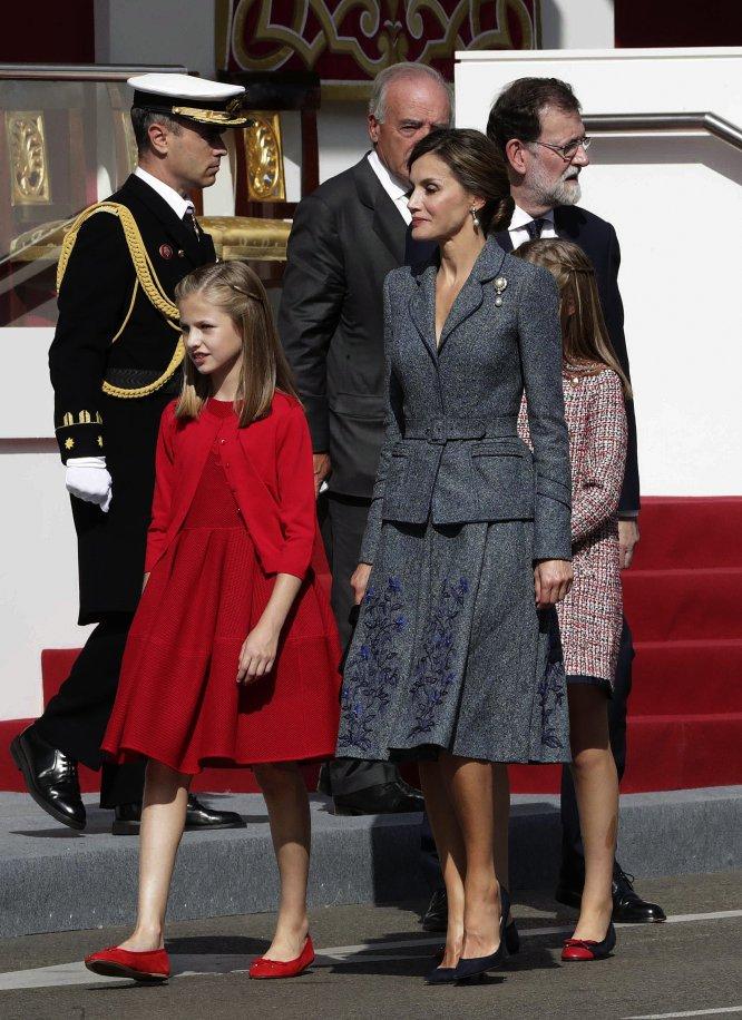 La reina Letizia, junto a la princesa Leonor y la infanta Sofía, y el presidente del Gobierno, Mariano Rajoy (dcha.), durante el desfile del Día de la Fiesta Nacional, el 12 de octubre de 2017.