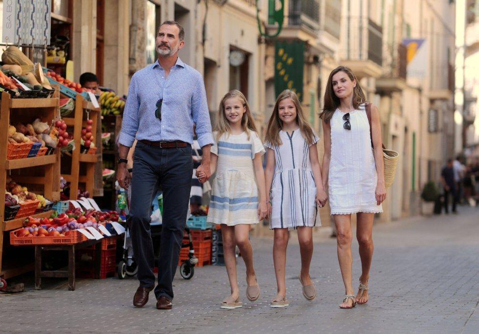 El rey Felipe VI y la reina Letizia pasean junto a sus hijas, las infantas Leonor y Sofía, por la localidad de Soller, Mallorca, el 6 de agosto de 2017.