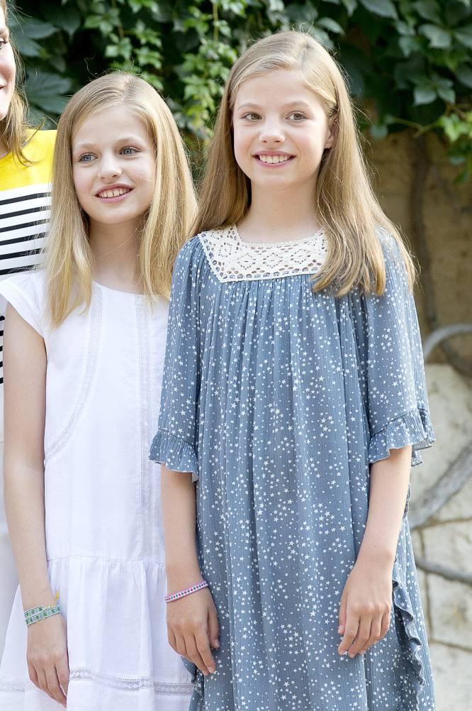 La princesa Leonor y la infanta Sofía posan para los medios en el palacio de Marivent, Mallorca, el 31 de agosto de 2017.