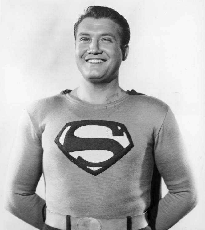 El primer Superman, George Reeves (Iowa, 1914-Los Ángeles, 1959), inauguró la esotérica teoría de que el personaje está maldito porque todos los relacionados con él acaban sufriendo desgracias abyectas. Oficialmente, Reeves se suicidó en su habitación mientras en el salón se celebraba una fiesta. Los testimonios de los testigos, todos borrachos, solo añadieron confusión a un supuesto suicidio lleno de incongruencias: el ángulo de la bala y la ausencia de huellas en el arma y de pólvora en las manos de Reeves contradecían la hipótesis oficial del suicidio. Los rumores apuntaron a que Eddie Mannix, vicepresidente de la Metro-Goldwyn-Meyer, contrató a unos mafiosos para que matasen a Reeves. El actor había tenido una aventura con la mujer de Mannix, Toni, pero rompió la relación y Eddie, quien conocía y consentía esta infidelidad, quiso vengarse de Reeves por romperle el corazón a su esposa. Se dice que ella misma confesó su culpabilidad a un sacerdote poco antes de morir. En la imagen, George Reeves posa vestido como Superman para la serie de televisión 'Las aventuras de Superman' (1953).