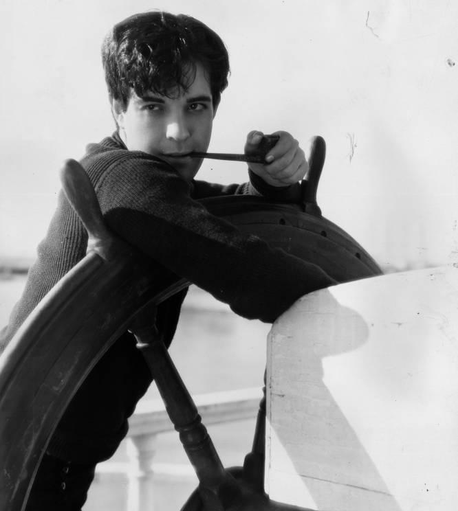 La prematura muerte por peritonitis del primer 'latin lover', Rodolfo Valentino, dejó un hueco en el mercado que Hollywood suplió con el mexicano Ramón Novarro (México, 1899-Hollywood, 1968). Se convirtió en una de las estrellas mejor pagadas de los años 20, pero fue también una de las primeras víctimas de la llegada del sonido al cine. En 1968, alejado de Hollywood y con 69 años, Novarro fue torturado por dos hermanos de 17 y 22 años que él había contratado como chaperos. Los asesinos creían que Novarro tenía una fortuna en metálico en su casa y le apalizaron para que les confesase dónde estaba. En realidad no había ningún dinero, y los criminales le dejaron ahogarse en su propia sangre tras llevarse un botín de 20 dólares. En la imagen, Ramón Novarro en una escena de la película 'China bound'.