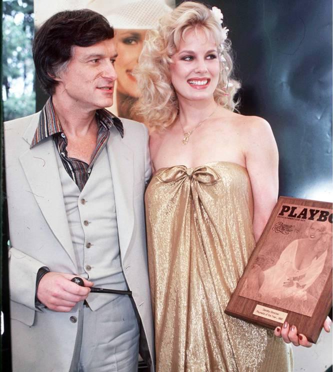 Conocida como Galaxina, el título de la película de ciencia-ficción de serie B que protagonizó antes de su muerte, Dorothy Stratten (Canadá, 1960- Los Ángeles, 1980) fue 'chica Playboy' del año 1980. También en 1980, a los 20 años, fue asesinada, atada a un banco de abdominales y violada (exactamente en ese orden) por su exmarido. A continuación él se suicidó. El fundador de 'Playboy', Hugh Hefner, se vio salpicado por la controversia porque el director Peter Bodganovich (pareja de Stratten cuando murió) aseguró que la única razón por la que ella se había casado con ese tipo violento fue para huir de la mansión Playboy, donde era sometida sexualmente. Bodganovich, por su parte, se acabó casando con la hermana de Dorothy Stratten, Louise, cuando ésta cumplió 20 años (él ya tenía 49), la misma edad a la que murió Dorothy. Peter Bodganovich y Louise Stratten estuvieron casados 13 años y se divorciaron en 2001. En la imagen, Dorothy Stratten, junto a Hugh Hefner en 1980. Ella sujeta la placa que la distingue como 'chica Playboy' de ese año.