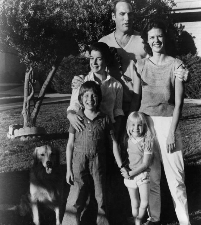 Una de las maldiciones más emblemáticas de Hollywood es la de 'Poltergeist' (1982). De entre todos los participantes en su rodaje que vieron sus vidas arruinadas, la muerte de Dominique Dunne (California, 1959-California, 1982), asfixiada por su exnovio, es la más trágica. Días después de su funeral se emitió su último trabajo: interpretó a una adolescente que sufría malos tratos en la serie 'Canción triste de Hill Street'. Días antes del rodaje de ese episodio, su exnovio le había dado una paliza y los productores decidieron que Dominique Dunne apareciera tal cual, sin maquillaje, con la cara y el cuerpo magullados. Esa sería su última aparición en una pantalla. Tenía 22 años. En la imagen, Dominique Dunne (a la izquierda, en el medio) junto al resto de actores de 'Poltergeist' en 1982.