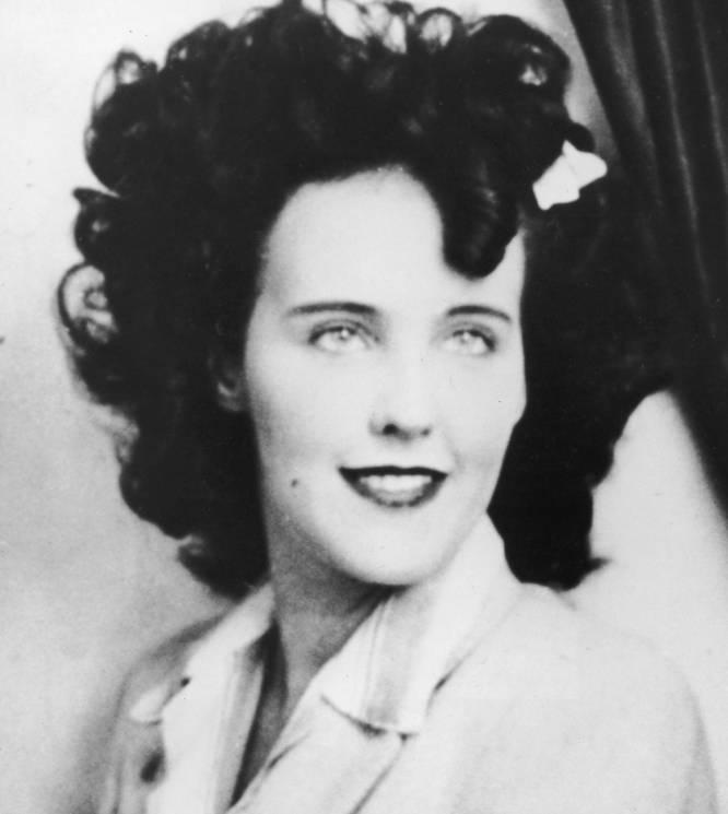 Elizabeth Short (Boston, 1924-California, 1947) era una aspirante a actriz que se convirtió en un icono norteamericano tras su muerte. Su cuerpo fue encontrado mutilado, separado en dos y rajado de arriba a abajo en un descampado de Los Ángeles. Nunca se encontró al culpable a pesar de que, desde el asesinato, en 1947, unas 500 personas han asegurado ser los responsables del grotesco crimen. La opinión pública y la prensa se sintieron profundamente fascinadas por el caso, que durante siete décadas ha generado teorías, libros y películas (la última, en 2006: 'La dalia negra', de Brian de Palma y con Scarlett Johansson) porque según los sociólogos EE UU se aferró al intrigante misterio sin resolver como una distracción tras el final de la Segunda Guerra Mundial.