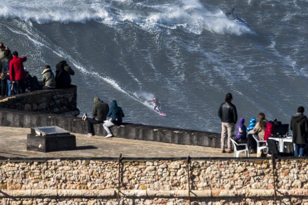 El surfista francés Justine Dupont surfea una gran ola en Praia do Norte Nazare (Portugal).