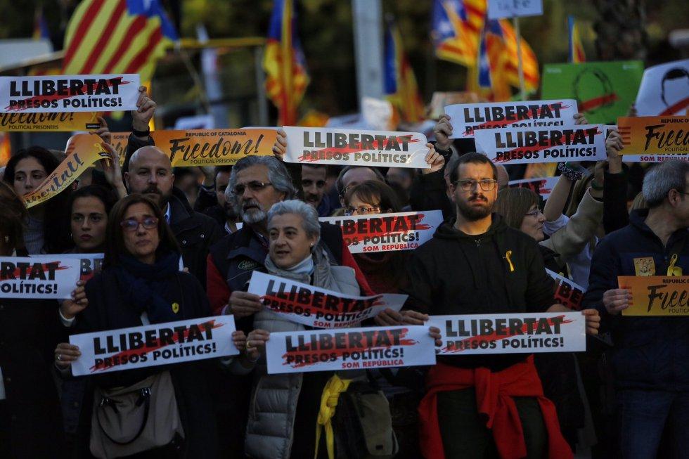 Carteles pidiendo la libertad de Jordi Cuixart, Jordi Sànchez y de los exconsejeros presos.