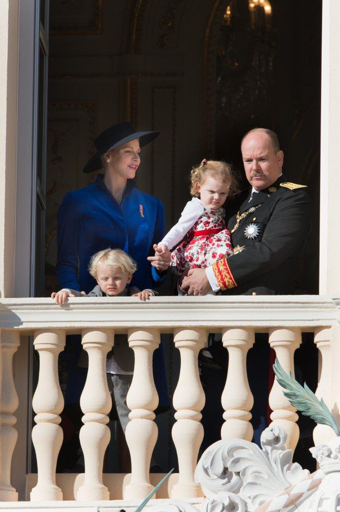 Los príncipes de Mónaco con sus hijos.