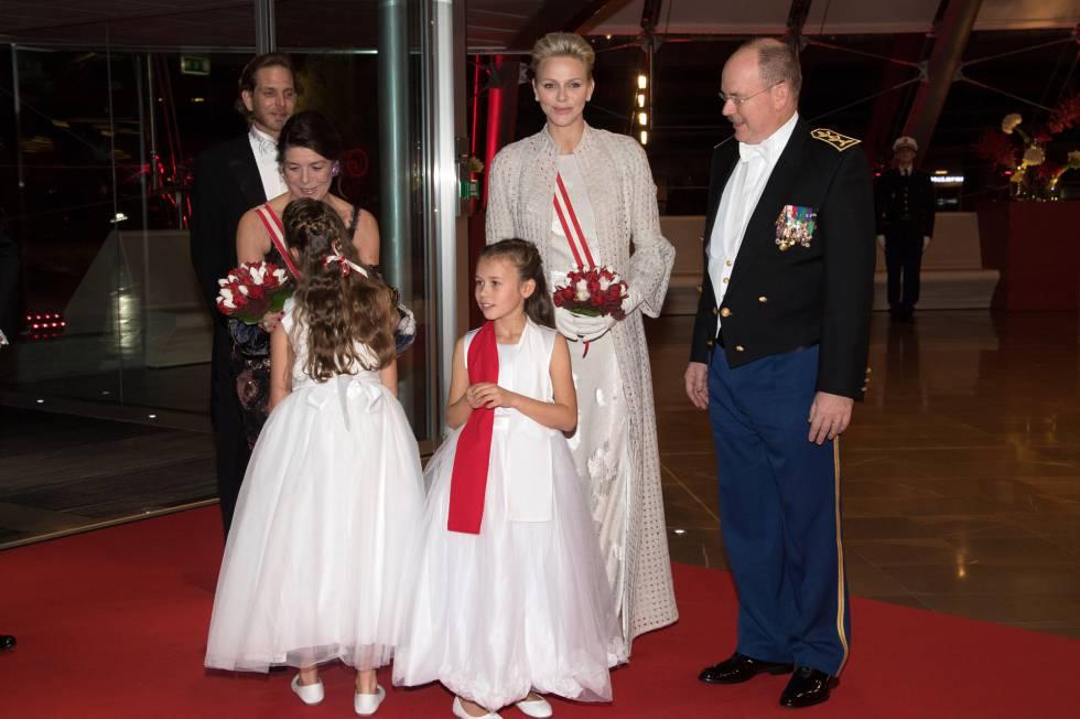 Los príncipes de Mónaco, a su llegada a la cena de gala, junto a la princesa Carolina y Andrea Casiraghi.