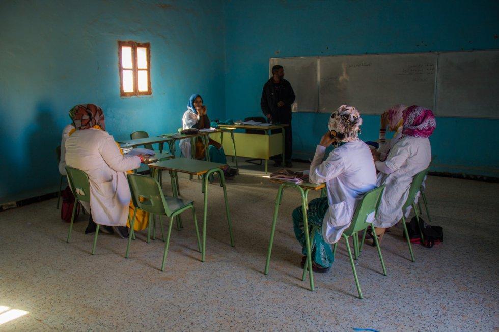 Aquellas mujeres que no pueden salir de los campos de refugiados a estudiar en el extranjero se forman en los pocos centros de educación superior que hay en el desierto. En la Escuela 27 de febrero, en el campo de Bohador, reciben educación especializada en producción, agricultura y gestión. Además, la RASD ha comenzado un proyecto de Universidad en Tifariti, con varios campus a lo largo del desierto. Sin embargo, la educación que reciben está incompleta y solicitan apoyo de profesores extranjeros que las asesoren para aprender más.