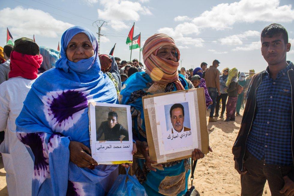 Las mujeres saharauis, aparte de organizar la dirección de los campos a través de comités y subcomités, son las activistas más implicadas. Muchas de ellas salen al desierto con las fotografías de sus amigos y desaparecidos durante los enfrentamientos con Marruecos. Desde la Asociación de Familiares de Presos y Desaparecidos Saharauis (AFAPREDESA) denuncian, a través de imágenes grabadas, la brutal represión que sufren las mujeres activistas que viven en el territorio gestionado por Marruecos. No todos los espectadores pueden aguantar la mirada ante los golpes y los allanamientos de morada de las fuerzas de seguridad marroquíes. En la fotografía, la mujer de la izquierda porta la foto de su hermano mayor y la mujer de la derecha, la de su padre, ambos desaparecidos durante la guerra contra Marruecos.
