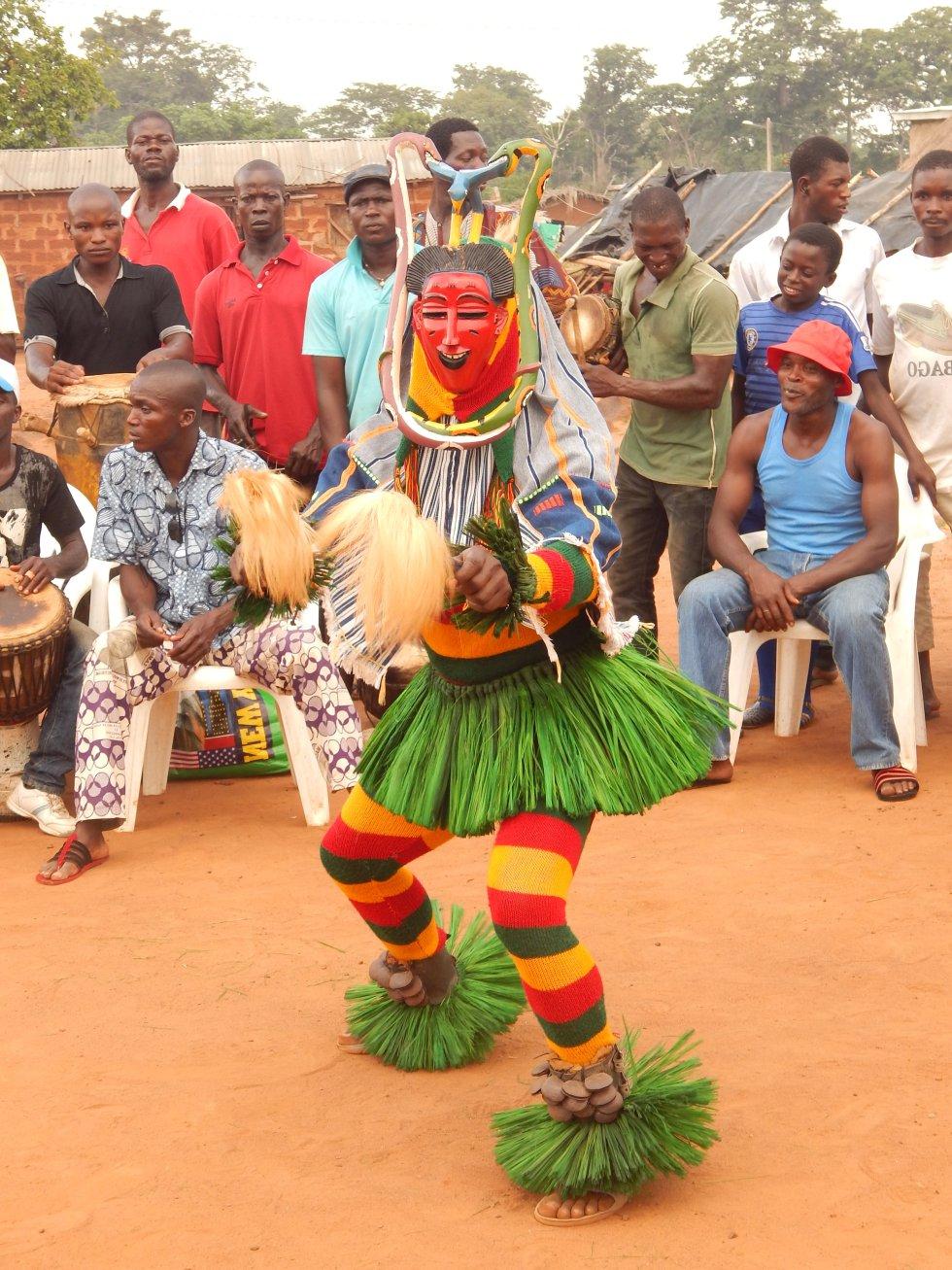 """La música y la danza populares denominadas """"zauli"""" son una práctica tradicional de las comunidades guro de la Costa de Marfil. Inspirada en dos máscaras llamadas """"blu"""" y """"djela"""", esta práctica cultural es un homenaje a la belleza de la mujer y agrupa en un mismo espectáculo diversas expresiones artísticas: escultura (máscaras), arte del tejido (indumentarias), música vocal e instrumental y danza. Portador de la identidad cultural de sus depositarios, este elemento del patrimonio cultural propicia la cohesión de las comunidades y contribuye a la protección del medio ambiente. La transmisión de esta práctica tradicional se efectúa mediante interpretaciones musicales y sesiones de aprendizaje, y su viabilidad la garantizan las frecuentes representaciones organizadas por las comunidades guro, así como los festivales y las competiciones de danza entre los pueblos de la región."""