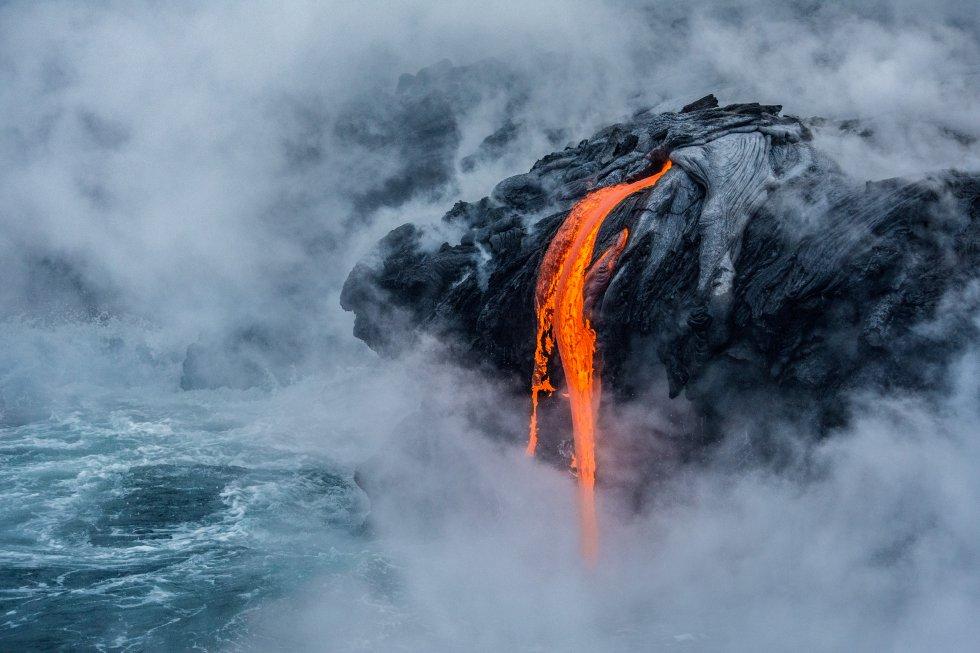 Erupción del volcán Kilauea en el Parque Nacional de los Volcanes en Hawái. Esta fotografía ha recibido una mención honorífica en la categoría Ciencias de la Tierra y climatología.