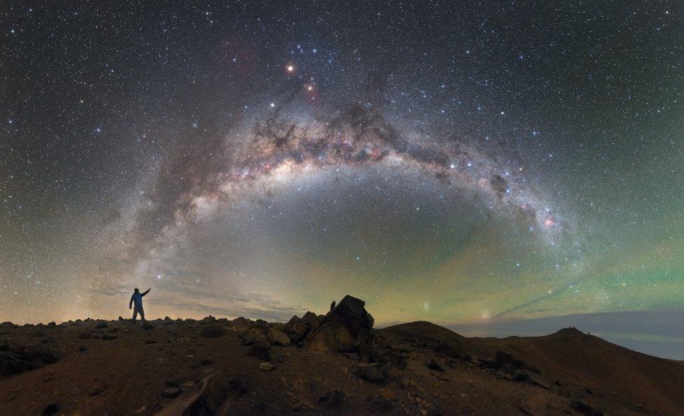 """Esta imagen, que muestra el cielo sobre el Observatorio Paranal del Observatorio Europeo Austral (Chile), ha recibido una mención honorífica en la categoría Astronomía. Su autor, Petr Horálek, sostiene que """"el paisaje rocoso y estéril que se encuentra debajo del cielo suscita un mundo alienígeno""""."""