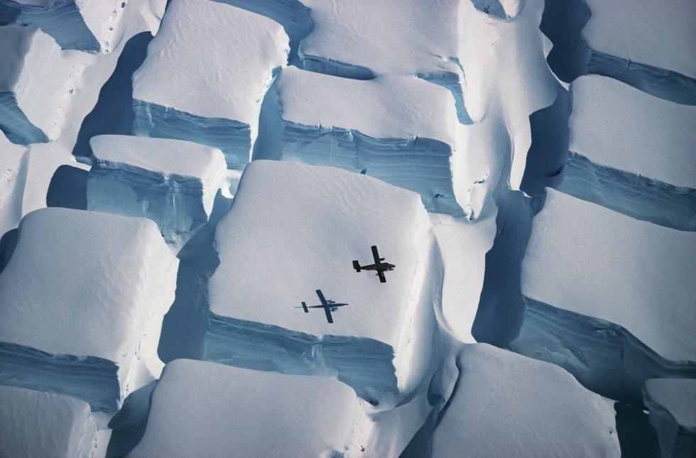Esta fotografía fue tomada en 1995 durante un vuelo sobre la costa inglesa, al sur de la Península Antártica, y ha sido escaneada por la BAS (siglas en ingles de Investigación Antártica Británica). La imagen muestra un agrietamiento inusual cuando una capa de hielo se ve estirada en dos direcciones. Con ella, Peter Convey ha sido el ganador general de la competición, además de obtener el primer premio en la categoría Ciencias de la Tierra y climatología.