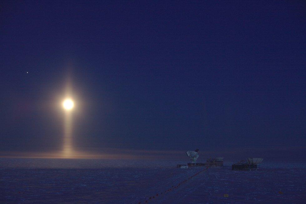En esta imágen tomada en el Polo Sur, los cristales de hielo suspendidos en la atmósfera crean un extraño fenómeno óptico: una columna de luz bajo la Luna. Su autor, Daniel Michalik, fue el ganador de la categoría Astronomía.