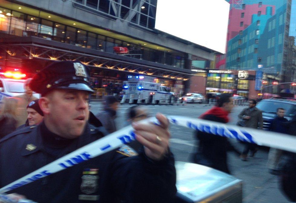 La policía investiga un aviso de explosión cerca de Times Square en Nueva York.