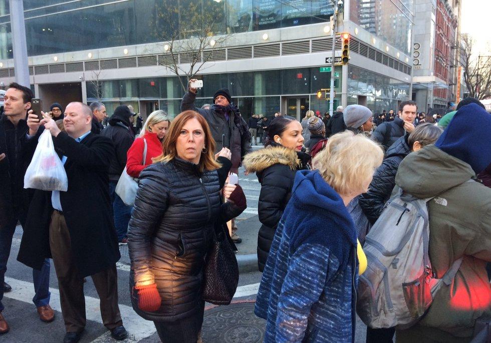 Una multitud se congrega cerca de la policía donde se está investigando una explosión de origen desconocido en Nueva York.