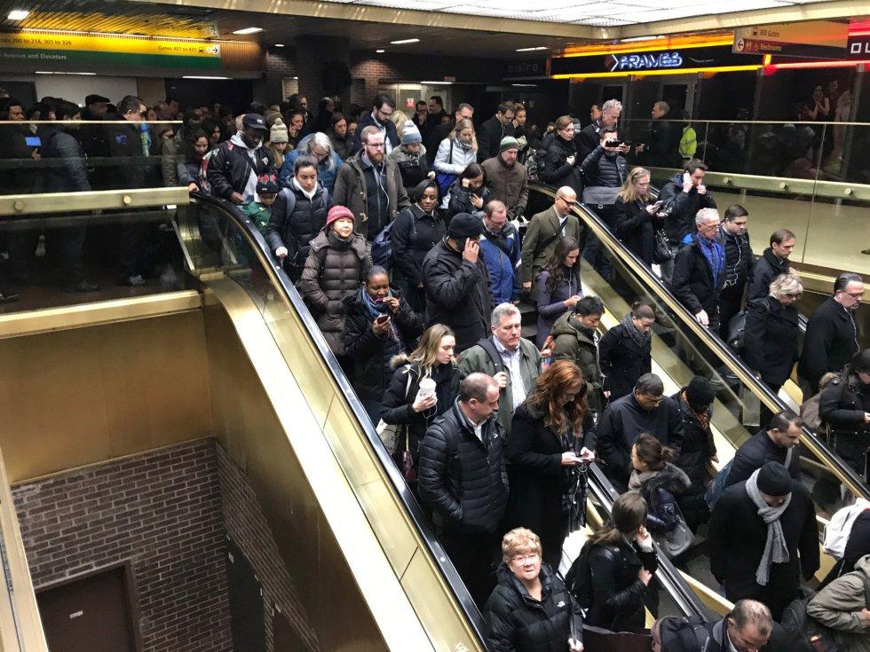 Viajeros salen de la Terminal de Autobuses de la Autoridad Portuaria de Nueva York tras reportarse una explosión en la zona.