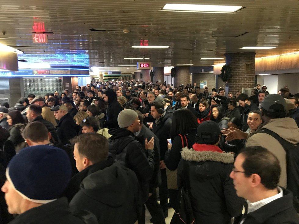Viajeros evacúan la Terminal de Autobuses de la Autoridad Portuaria, cerca de Times Square, en Nueva York, por una explosión de origen desconocido que investiga la policía.