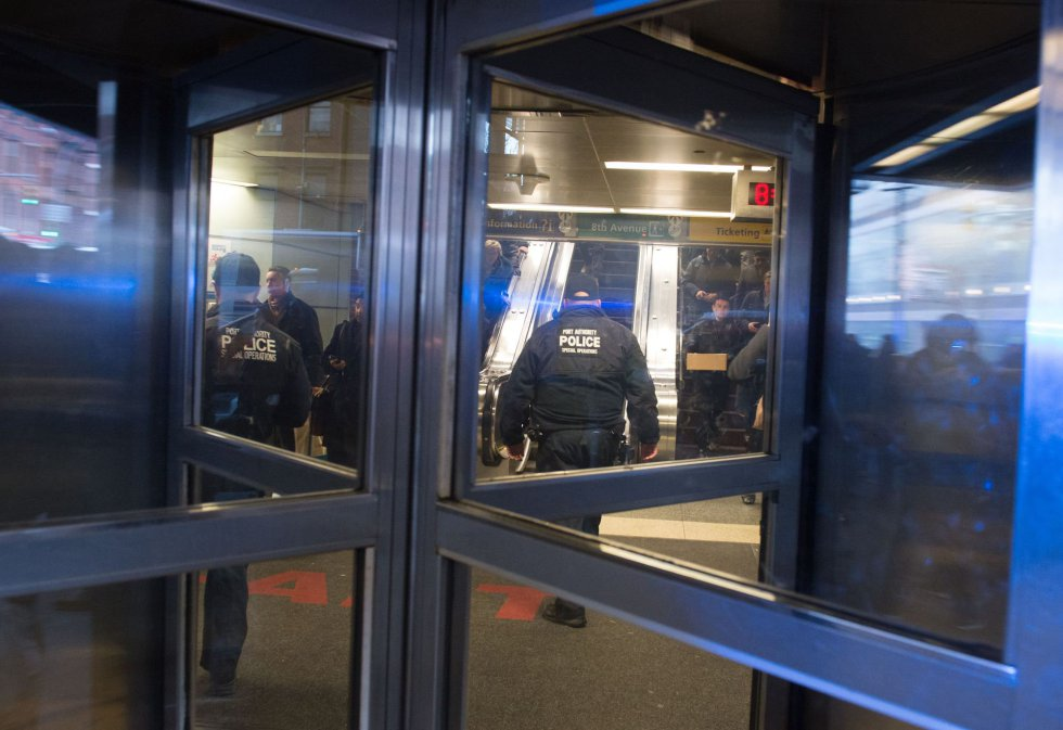 La policía evacúa la Terminal de Autobuses de la Autoridad Portuaria en Nueva York.
