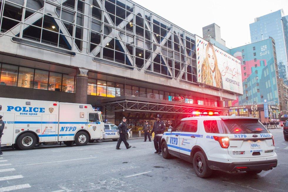 Vehículos policiales frente a la Terminal de Autobuses de la Autoridad Portuaria en Nueva York.