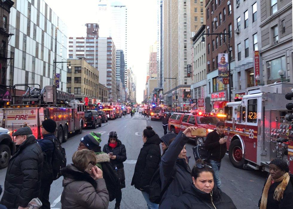 La policía y las brigadas de bomberos bloquean las calles cerca de la Autoridad Portuaria de Nueva York.