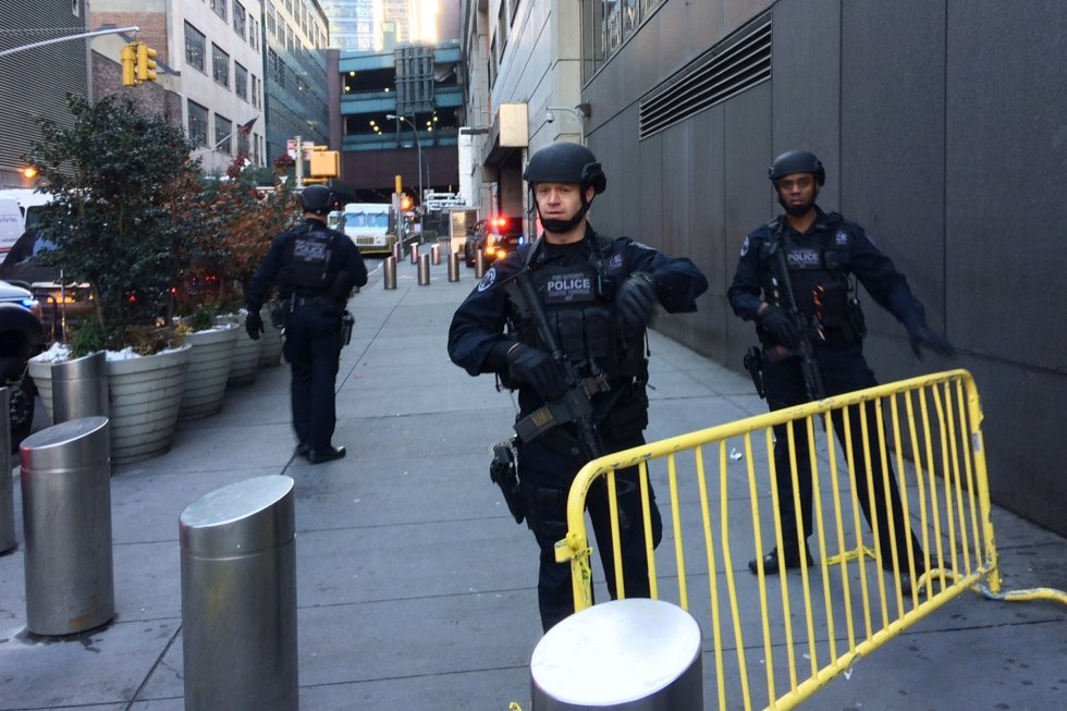 La policia bloquea una calle después de los informes de una explosión cerca del Times Square este lunes.