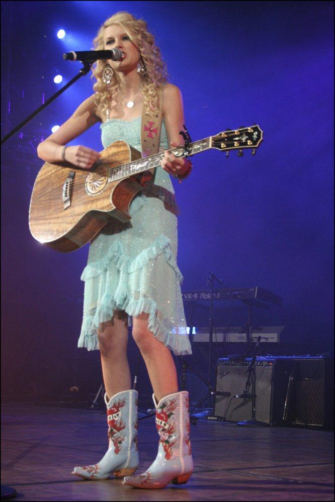 A los 14 años se mudó a Nashville, la cuna del country, para perseguir su sueño de ser cantante. Un traslado que vino tres años después de que su primer intento para que la ficharan las discográficas fuera un fracaso, pero esa segunda vez dio resultado. Y Taylor Swift empezó a ser conocida como la niña prodigio del country.