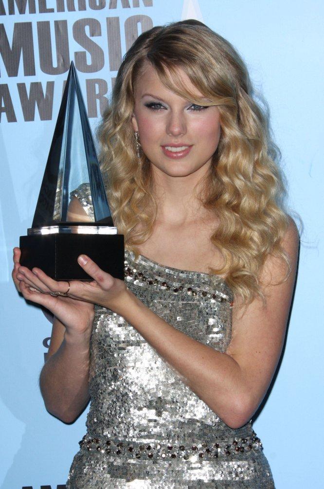 Taylor Swift, en los American Music Awards de 2008. Hoy la cantante tiene un total de 19 premios de la música estadounidense. En 2015, la revista 'Rolling Stone' la incluyó en su lista de los 100 mejores compositores de todos los tiempos.
