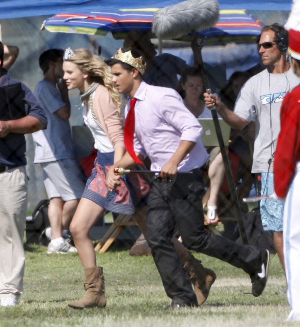 Al principio de su carrera, Taylor Swift también trató de hacer sus pinitos como actriz. En la imagen, con el actor Taylor Lautner en el rodaje de 'Historias de San Valentín', en 2009. Hoy su relación con la industria del cine se limita a algunas bandas sonoras, siendo la más reciente 'I Don't Wanna Live Forever', para la tercera entrega de la serie '50 sombras de Grey'.