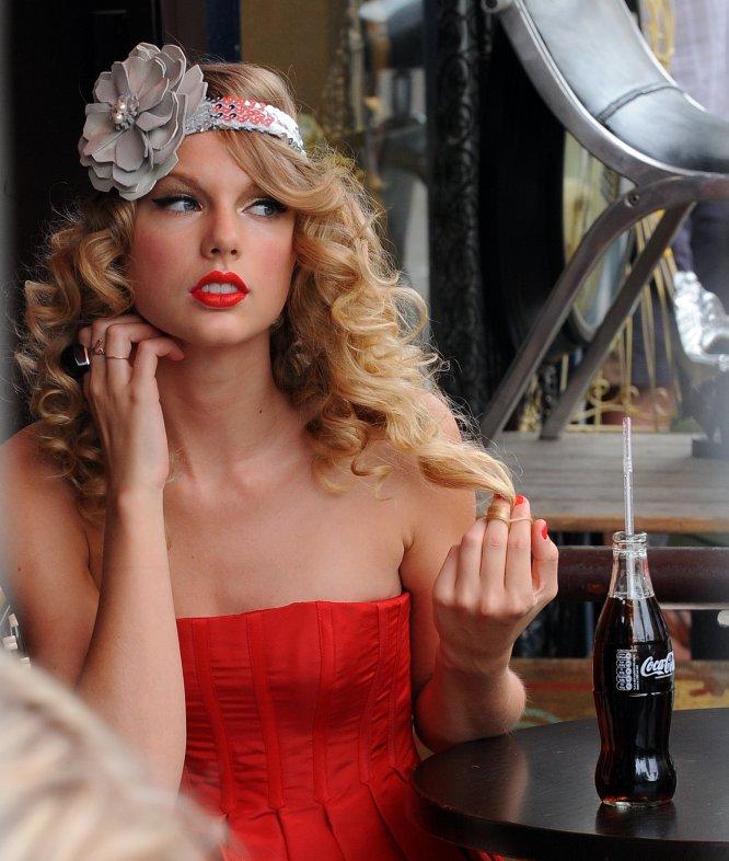 Su fama y éxito también la han convertido en una chica anuncio en más de una ocasión. En la imagen, Taylor Swift en una sesión de fotos en Notting Hill en 2009.