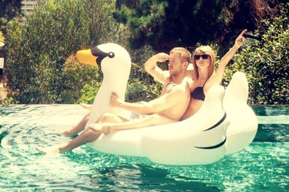 Durante varios meses, fueron una de las parejas más poderosas de la industria musical. Pero la relación entre Taylor Swift y el DJ Calvin Harris terminó en junio de 2016. Tras su ruptura, ha habido acusaciones de infidelidad y peleas por una canción del escocés de la que Swift reclamó haber sido una de las compositoras. De las imágenes de la pareja compartidas en sus redes sociales, ya no hay ni rastro en sus perfiles.