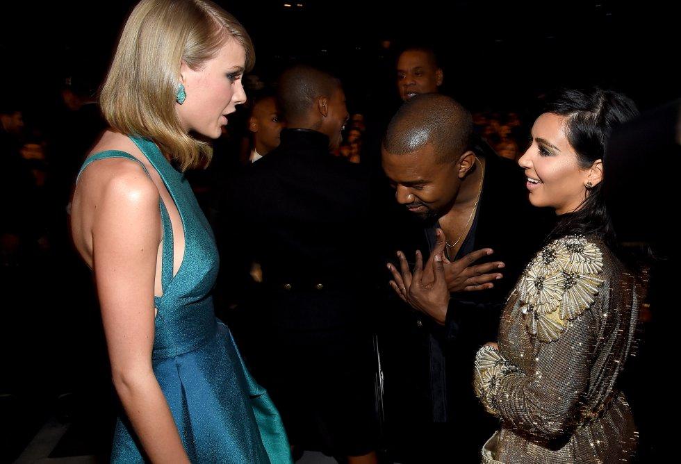 Otro de los frentes abiertos que tiene Taylor Swift es la lucha que mantiene desde hace años con el matrimonio formado por Kanye West y Kim Kardashian. Todo empezó cuando el rapero le quitó el micro en los premios MTV Video Music Awards para reclamar que el mejor videoclip femenino era el de Beyoncé y no el suyo. Luego ha habido acusaciones cruzadas en algunas canciones, y su batalla parece más viva que nunca desde que hace unos días Kim Kardashian publicara una imagen de la escultura Famous, en la que Swift y otros artistas aparecían desnudos. En la imagen, el matrimonio y la cantante en los Grammy de 2015.