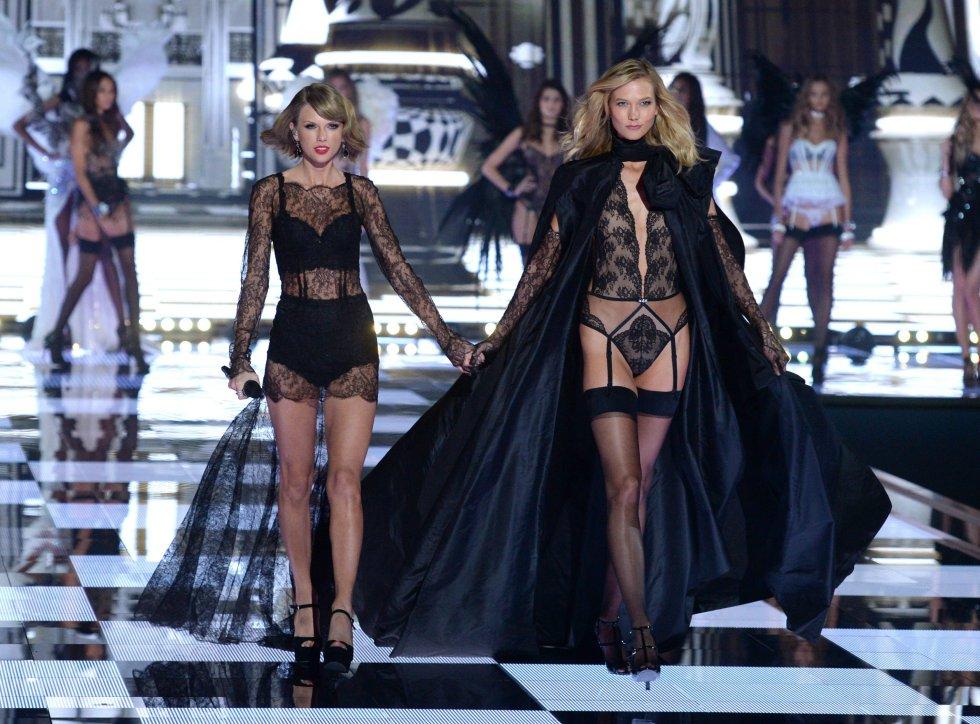 En 2014, Taylor Swift fue la estrella invitada para actuar en el mediático desfile de Victoria's Secret. En la imagen, la cantante con la modelo Karlie Kloss.