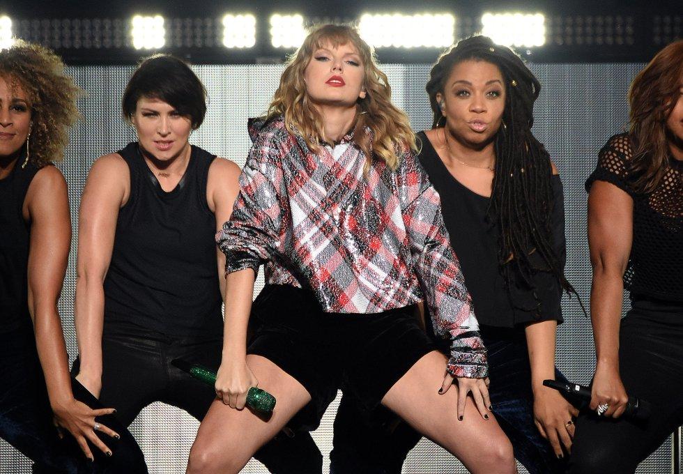 Hoy Taylor Swift está en plena promoción de su sexto álbum de estudio, 'Reputation'. En la imagen, la cantante durante un concierto el pasado 2 de diciembre en California.