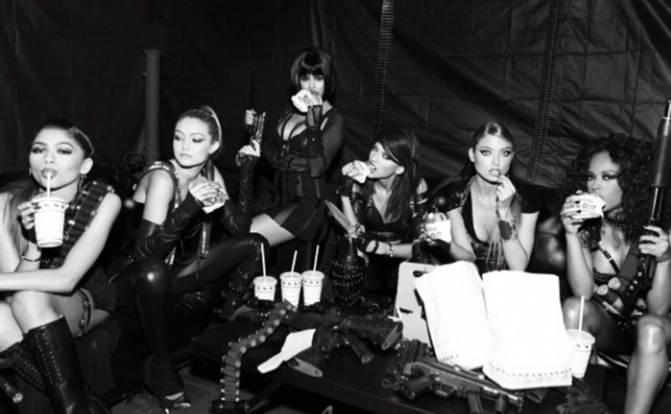 Precisamente en el videoclip de 'Bad Blood' tiró de agenda y aparecieron en él algunas de sus más famosas amigas. En la imagen, de izquierda a derecha: Zendaya, Gigi Hadid, Selena Gomez, Taylor Swift y Martha Hunt durante su grabación.