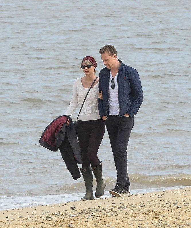 En junio de 2016, los fotógrafos pillaron un beso entre Taylor Swift y el actor Tom Hiddleston poco después de su ruptura con Calvin Harris. Su relación duró apenas unos meses, y en ese tiempo ambos pasearon su amor por Reino Unidos, Estados Unidos e Italia.