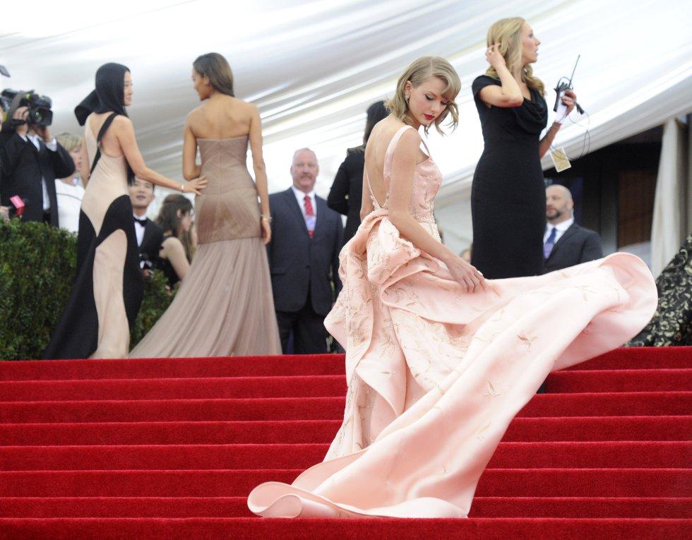 Como todo famoso que se precie, ella también ha sido una de las estrellas invitadas a la gala del Met organizada por la editora de la edición estadounidense de 'Vogue' Anna Wintour. En la imagen, la cantante en la gala de 2014.