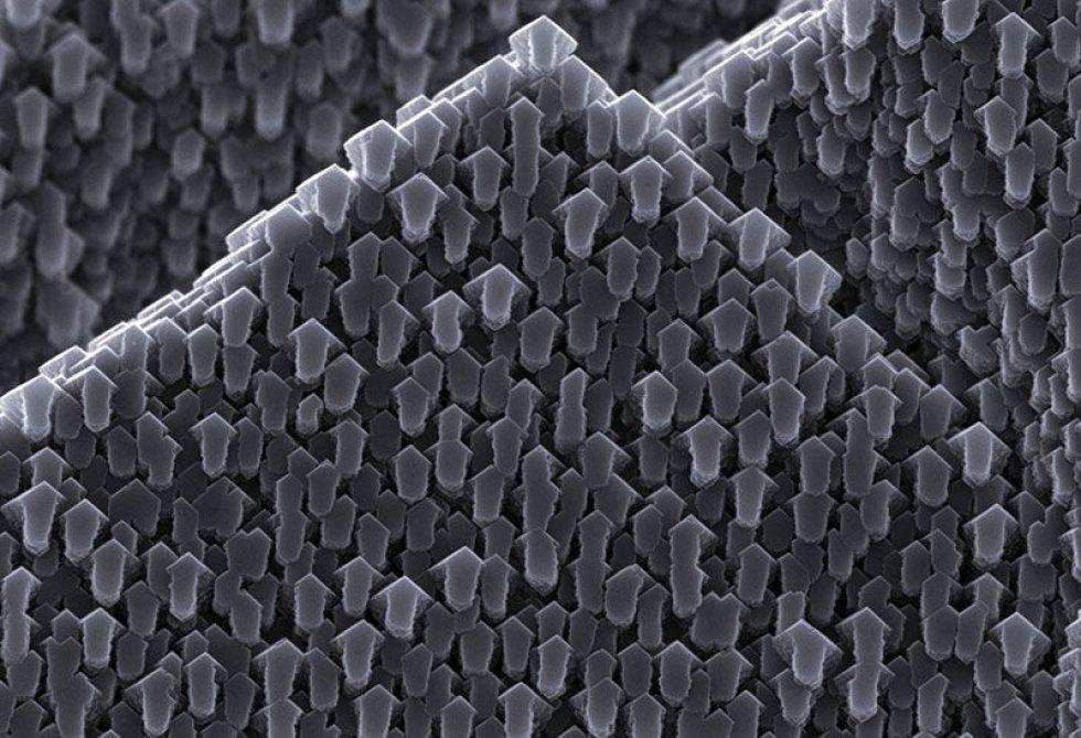 En esta fotografía tomada por un microscopio se puede observar un cristal de calcita cuyo relieve está formado por pequeñas flechas.