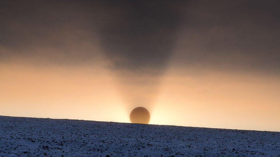 En la isla noruega de Svalbard, el sol se esconde y retroilumina una antena que descarga datos del del satélite JPSS-1 (Sistema de Satélite Polar Conjunto 1, por sus siglas en inglés). La NASA lanzó este satélite en noviembre para mejorar los pronósticos meteorológicos.