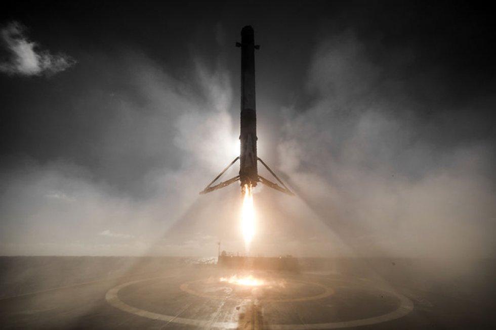 La empresa estadounidense SpaceX continúa avanzando con su sistema de cohetes reutilizables. En esta fotografía tomada en enero, el cohete Falcon 9 aterriza en un barco en el Océano Pacífico, después de poner satélites en órbita.